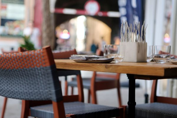blog-city-restaurant-table-pavement-11